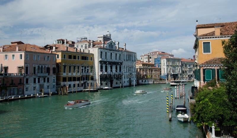 Middagtrafik på Grand Canal nära Santa Maria della Salute fotografering för bildbyråer