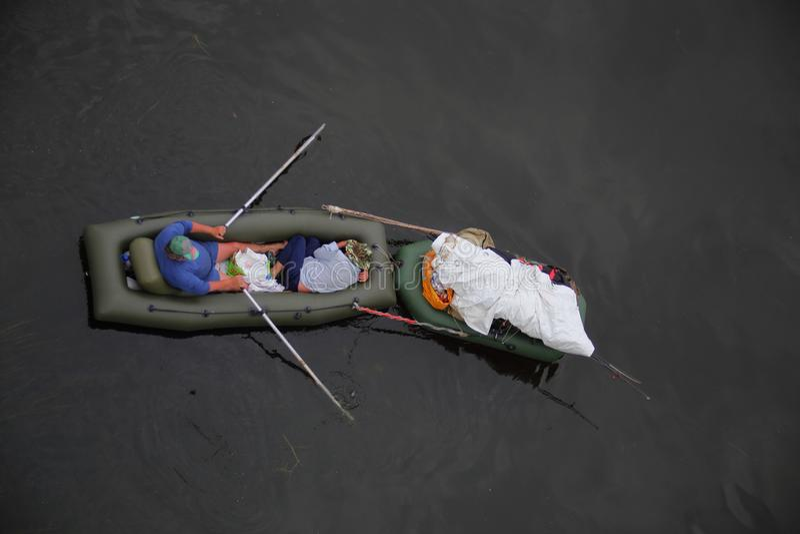 Midday odpoczynek w łodzi na wodzie obraz royalty free