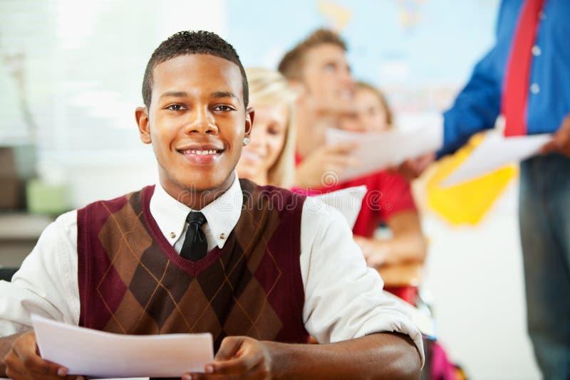 Middelbare school: Afrikaanse Amerikaanse Tiener in Klasse stock foto's