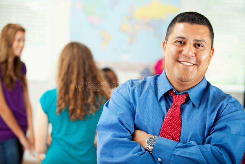 Middelbare school: Glimlachende Spaanse Leraar stock afbeeldingen