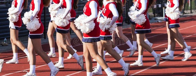 Middelbare school het cheerleading ploeg toejuichen royalty-vrije stock afbeeldingen