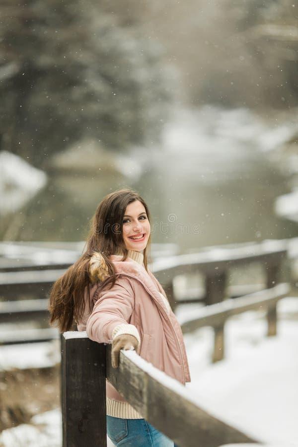 Middelbare school Hoger Meisje buiten de Winterportret royalty-vrije stock foto
