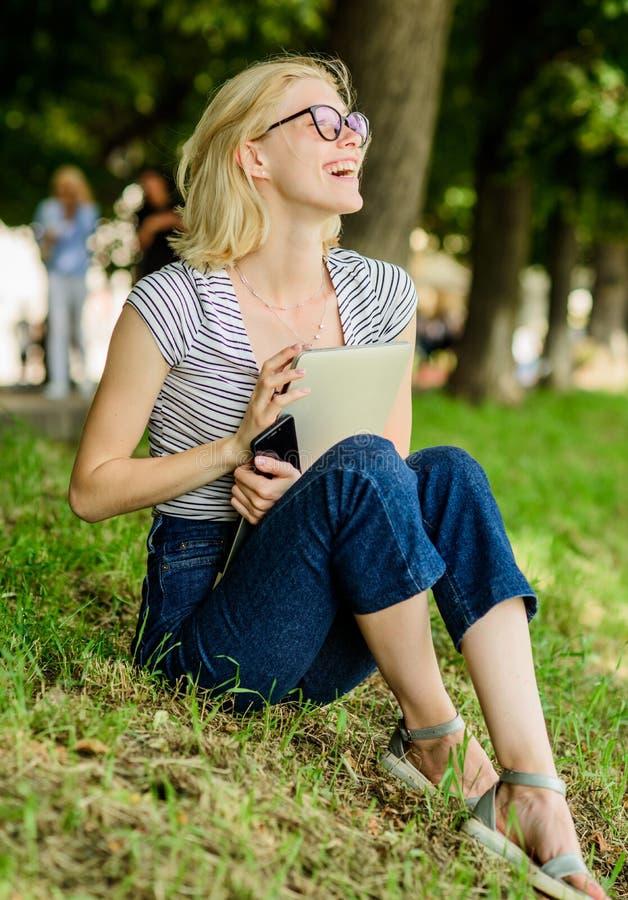 Middelbare school moderne vrouw met notitieboekje openlucht blogging de zomer online De vrouw drinkt koffie Inspiratie voor het b stock foto