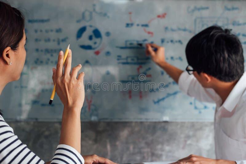 Middelbare school of studentgroeps de achterstand inlopend werkboek en het leren tutoring in klaslokaal en lezing, die thuiswerk  royalty-vrije stock fotografie