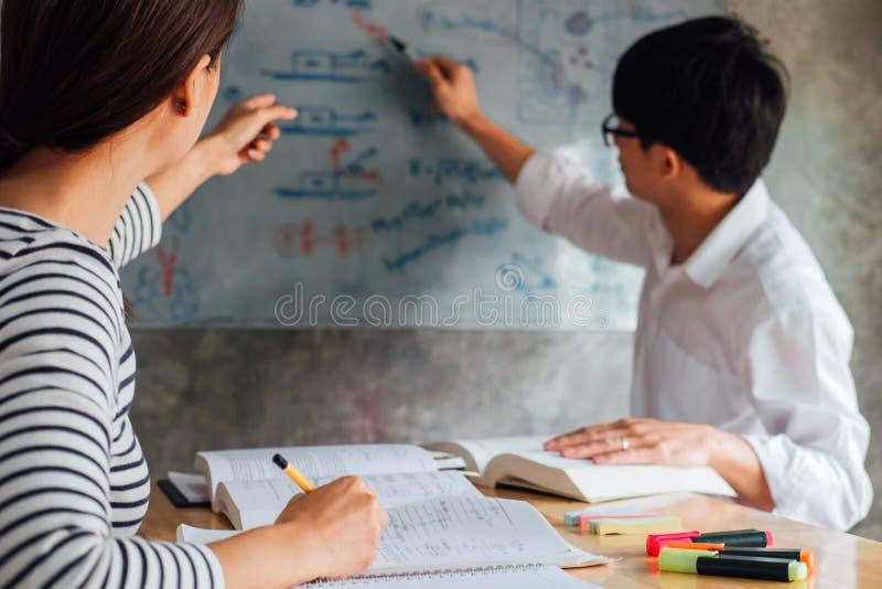 Middelbare school of studentgroeps de achterstand inlopend werkboek en het leren tutoring in klaslokaal en lezing, die thuiswerk  stock afbeelding