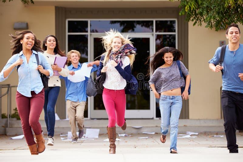 Middelbare schoolleerlingen die Eind van Termijn vieren royalty-vrije stock foto's