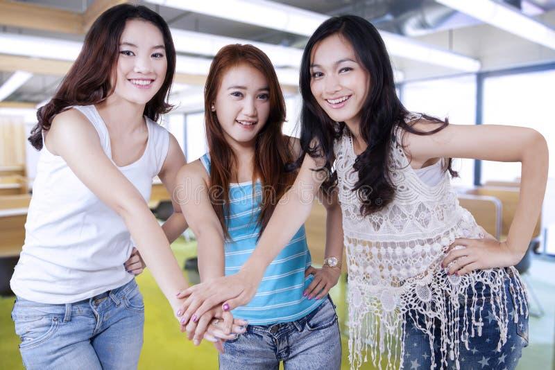 Middelbare schoolstudenten die bij handen aansluiten zich royalty-vrije stock foto