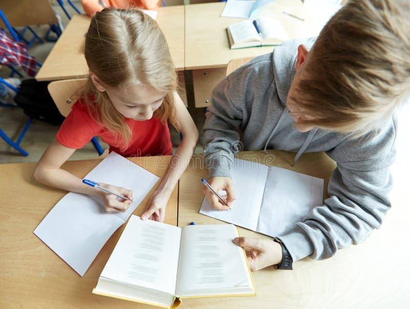 Middelbare schoolstudenten die boek en het leren lezen royalty-vrije stock foto
