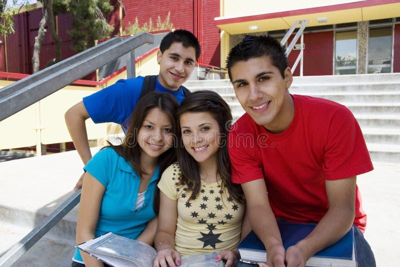 Middelbare schoolstudenten op Schoolstappen royalty-vrije stock afbeeldingen