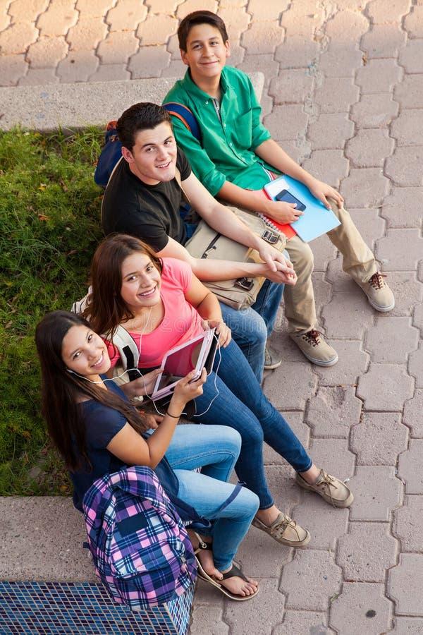 Middelbare schoolvrienden die uit hangen stock afbeeldingen
