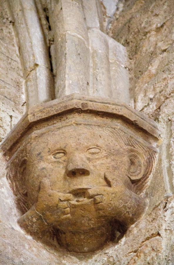 Middeleeuws beeldhouwwerk van hoofd ondersteunende kolom in kerk royalty-vrije stock foto
