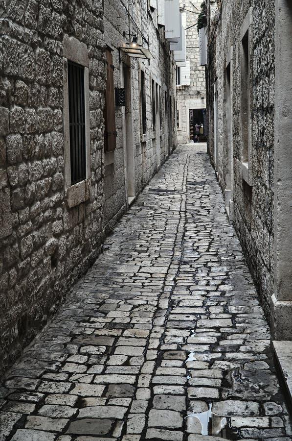 Middeleeuws cobbled straat i stock afbeelding