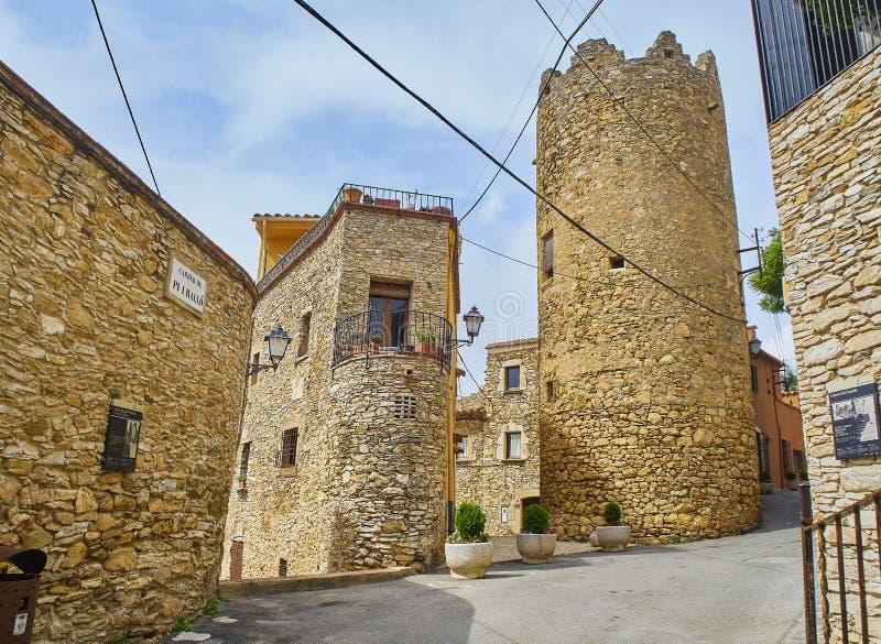 Middeleeuws de stad in van Begur met het Kasteel op achtergrond Girona stock foto's