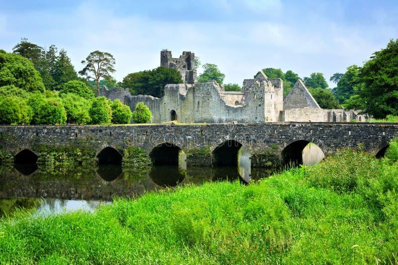 Middeleeuws Desmond Castle, Ierland met steenbrug, Adare, de Limerick van de Provincie royalty-vrije stock foto's