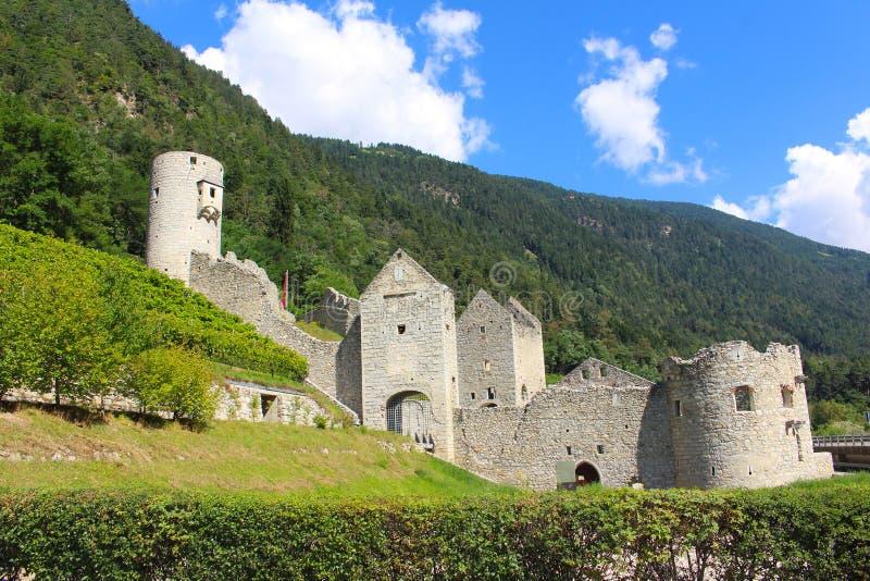 Middeleeuws Di Rio Pusteria van vestingwerkchiusa in Val Pusteria, Dolomiet, Italië stock afbeeldingen