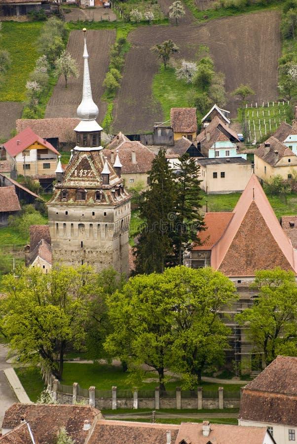 Middeleeuws dorp met kerktoren stock afbeelding