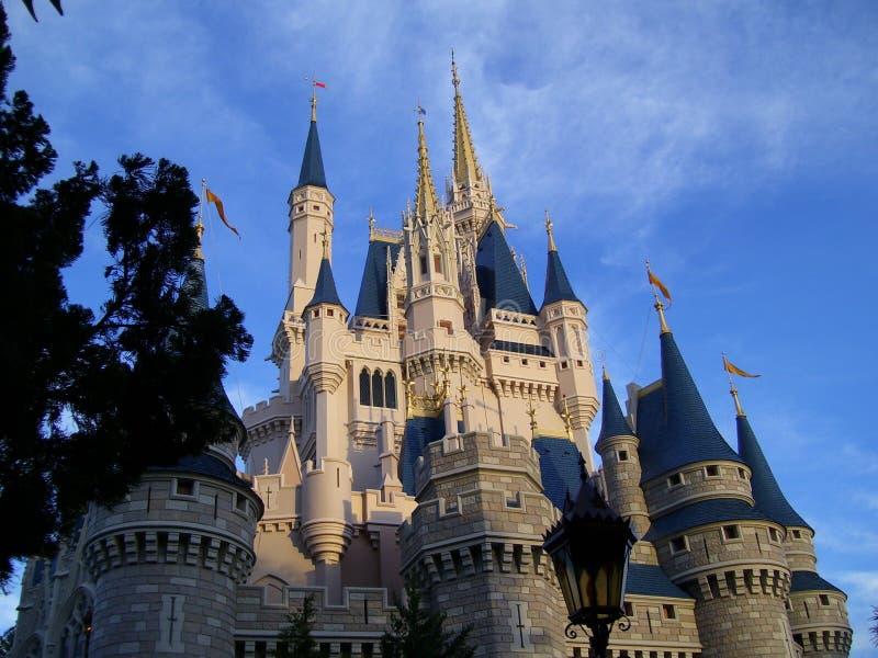 Middeleeuws kasteel in avond royalty-vrije stock afbeeldingen