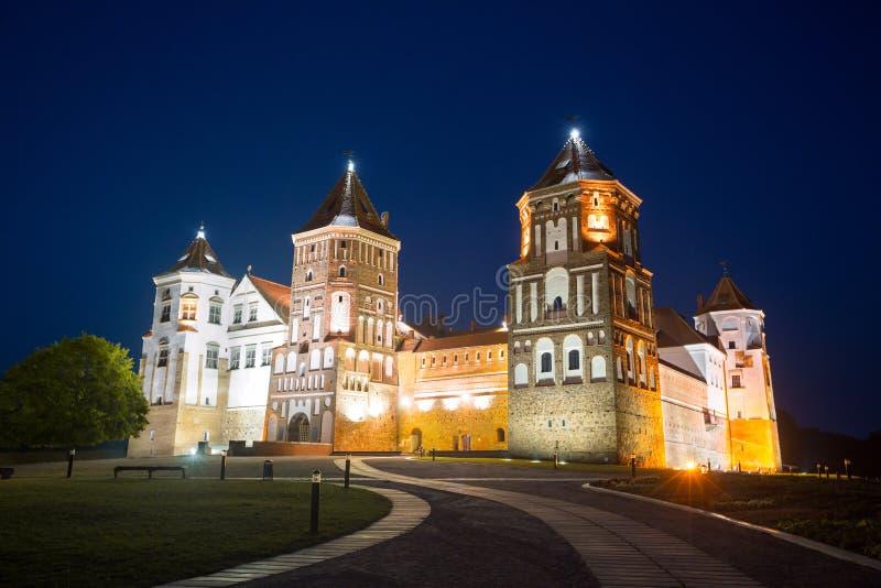 Middeleeuws kasteel bij nacht stock fotografie