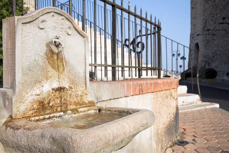 Middeleeuws kasteel in Cannes, het drinken fontein royalty-vrije stock fotografie