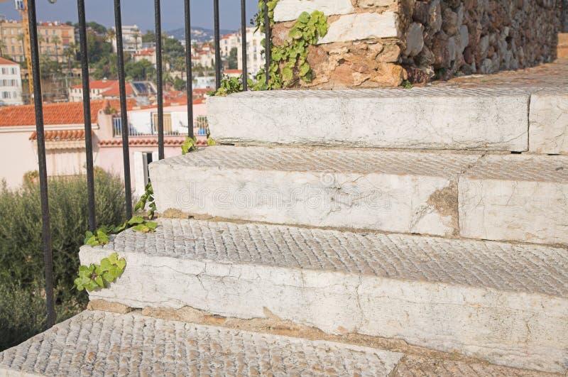 Middeleeuws kasteel in Cannes, trap royalty-vrije stock afbeelding