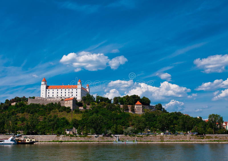 Middeleeuws kasteel op de heuvel tegen de hemel stock foto's
