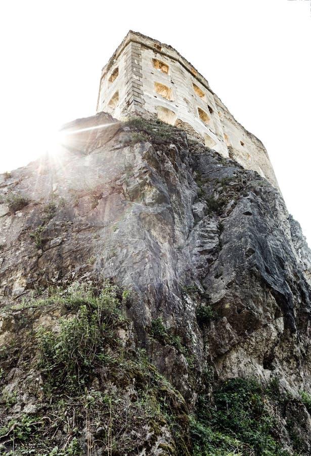 Middeleeuws kasteel op rots stock afbeeldingen