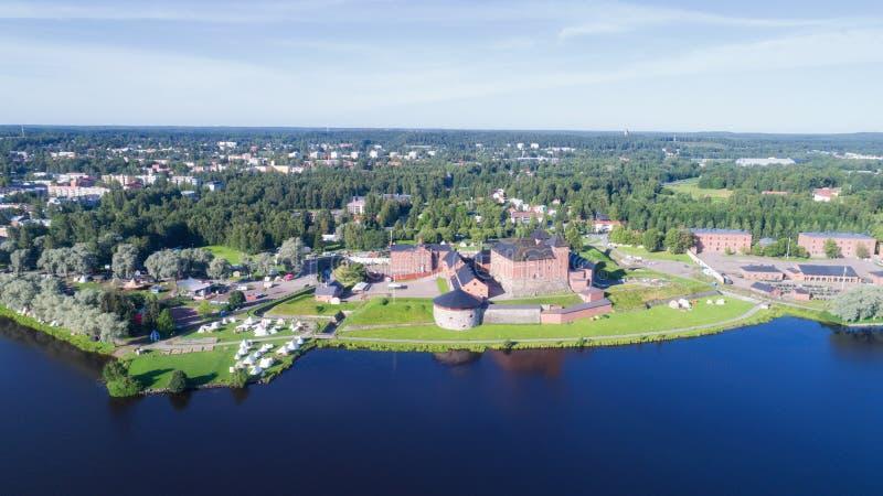 Middeleeuws kasteel in stad Hameenlinna naast meer, satellietbeeld stock fotografie