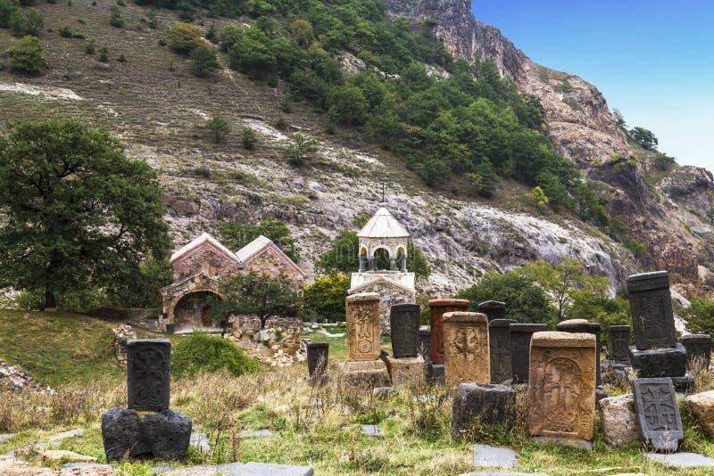 Middeleeuws klooster Srbanes, VIIIXVII eeuwen en een oude begraafplaats in de voorgrond royalty-vrije stock afbeelding