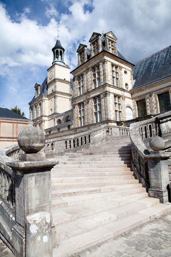 Middeleeuws koninklijk kasteel Fontainebleu dichtbij Parijs stock afbeelding
