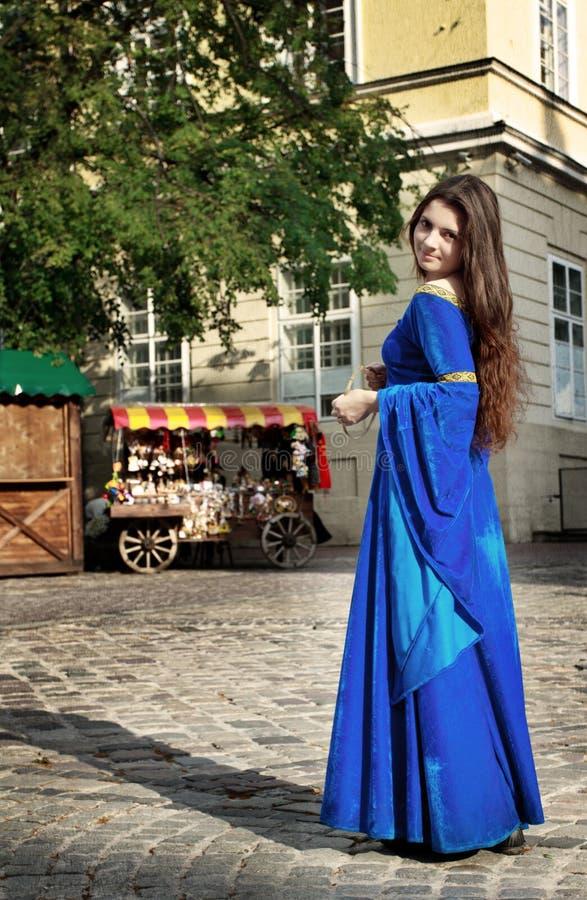 Middeleeuws meisje op straat stock afbeeldingen