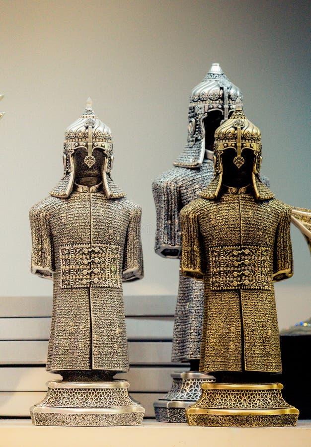 Middeleeuws staal en goud gekleurde pantsers op vertoning stock foto's