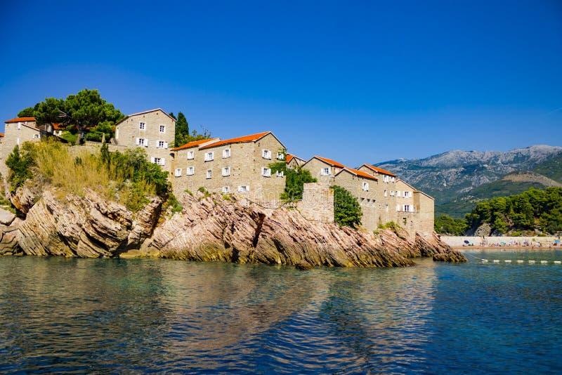 Middeleeuws steenhotel op de kust met een strand stock afbeelding