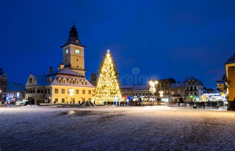 Middeleeuws vierkant van Brasov in de dagen van Kerstmis, Roemenië royalty-vrije stock fotografie