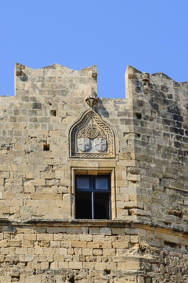 Middeleeuws wapenschild op de muur van de akropolis in de stad van Lindos Rhodos, Griekenland royalty-vrije stock afbeeldingen