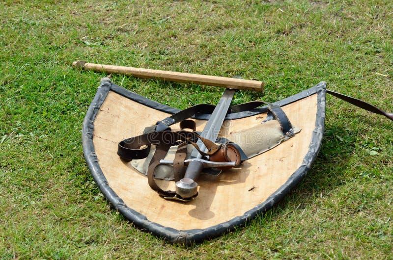 Middeleeuws zwaard en schild royalty-vrije stock fotografie
