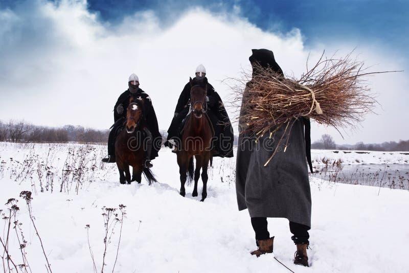 Middeleeuwse boer en berijdende ridders Hospitallers stock foto's
