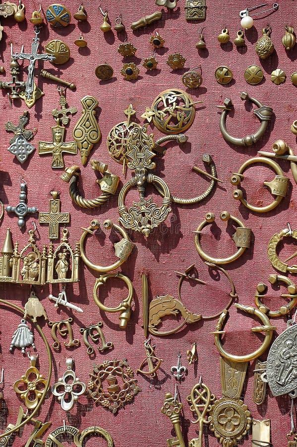 Middeleeuwse broches en tegenhangers stock afbeelding