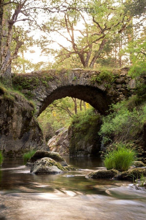Middeleeuwse brug op de bergrivier royalty-vrije stock afbeeldingen