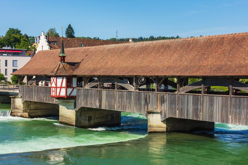 Middeleeuwse brug over de Reuss-rivier in de Zwitserse stad van Bremga stock fotografie