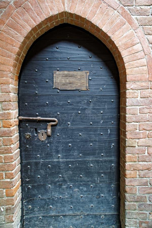 Middeleeuwse deur met naambord als malplaatje of prototype stock afbeelding