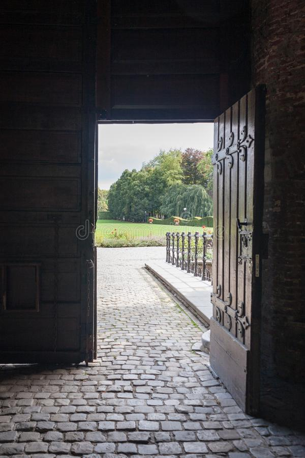 Middeleeuwse Deuropening en Tuin stock foto