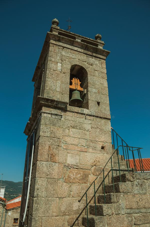 Middeleeuwse die torenspits van steen met klok en trap wordt gemaakt royalty-vrije stock foto