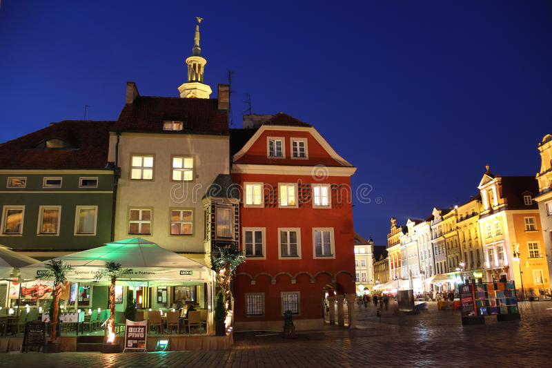 Middeleeuwse gebouwen in het Vierkant van de Markt bij nacht. Poznan. Polen stock fotografie
