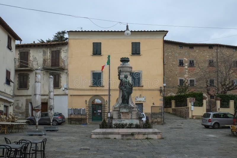 Middeleeuwse gebouwen op centraal die stadsvierkant wordt omringd met stock foto