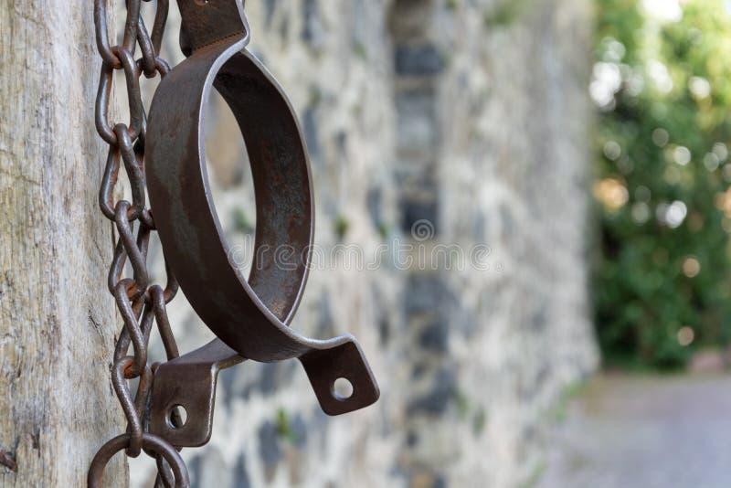 Middeleeuwse gevangeniskettingen voor gevangenen voor steenmuur royalty-vrije stock afbeeldingen