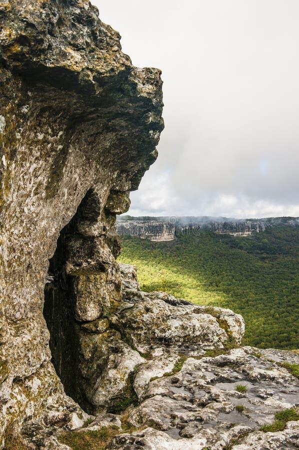 Middeleeuwse hol stad-vesting chufut-Boerenkool in de bergen stock foto
