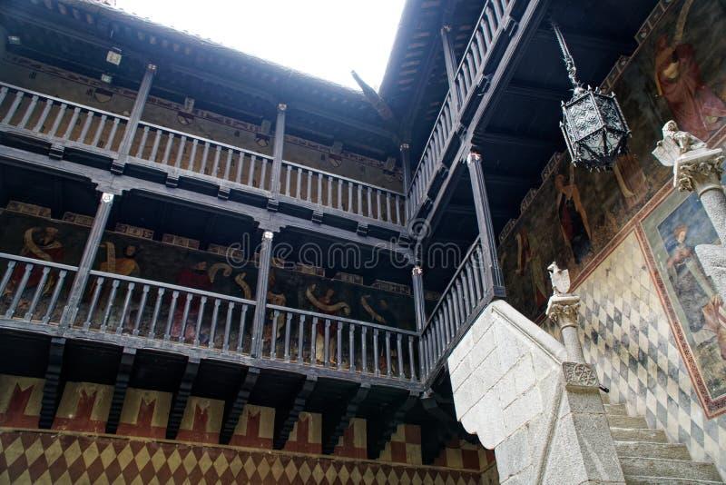 Middeleeuwse houten galerij van de eerste verdieping in een oud steenkasteel royalty-vrije stock afbeeldingen