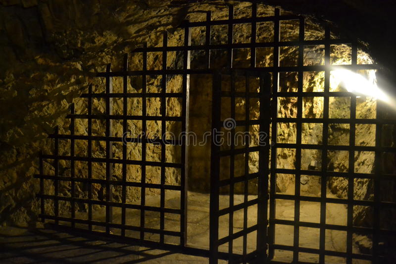 Middeleeuwse ironbars die tot gevangenis leiden royalty-vrije stock foto's