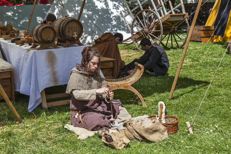 Middeleeuwse Jonge Vrouwen Spinnende Wol