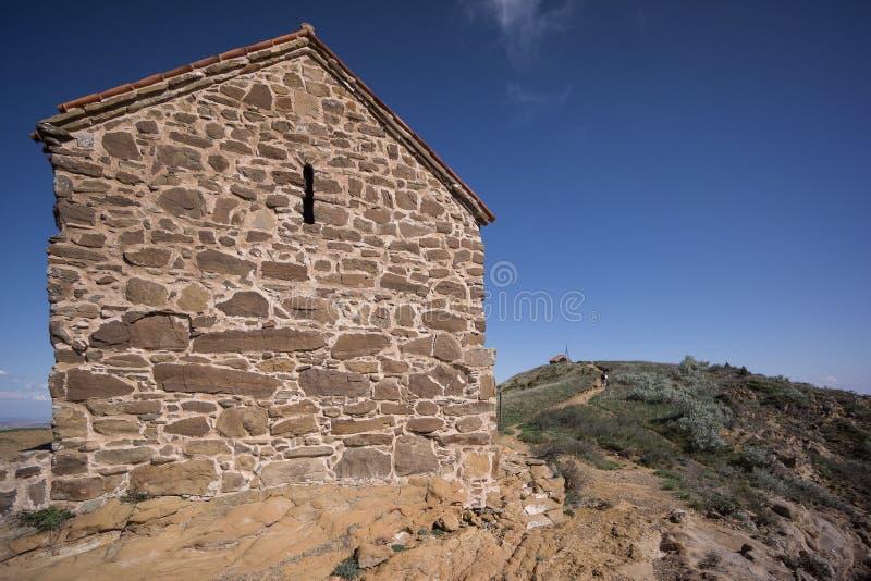 Middeleeuwse kapel op heuveltop stock afbeelding